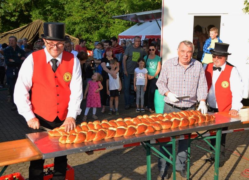 """Traditionell luden die """"Glasspatzen"""" anschließend zum Kranzkuchenessen ein. Gespendet wurde er wie in den Vorjahren von Ehrensenator Helmut Barbrake, der diesmal persönlich für die Verteilung des Kuchens sorgte."""